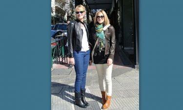 Δήμητρα Κωστάκη: Βόλτα με την αδελφή της στο Κολωνάκι