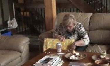 Βίντεο: Έκαναν δώρο στη γιαγιά το υπερηχογράφημα για να της ανακοινώσουν ότι περιμένουν... τρίδυμα!