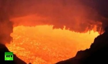Μαγευτικές εικόνες από την έκρηξη ηφαιστείου στη Ρωσία (βίντεο)