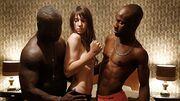 Δείτε γνωστή ηθοποιό topless με δυο άντρες να την… χουφτώνουν!