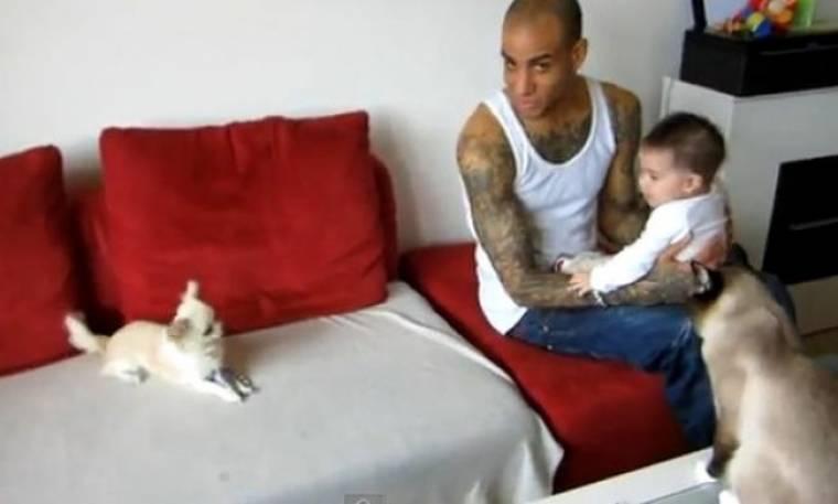 Βίντεο: Ο σκύλος, η γάτα και το απίθανο γέλιο ενός μωρού!