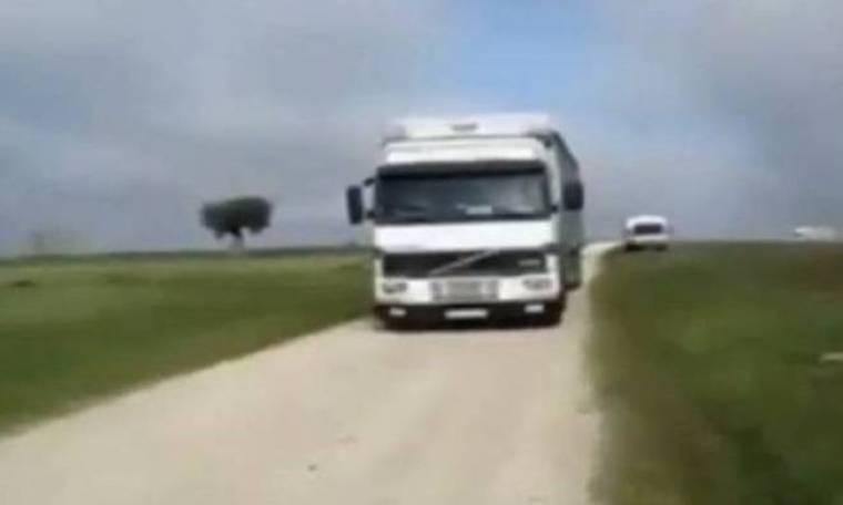 Δεν μπορείτε να φανταστείτε τι θα συμβεί με αυτό το φορτηγό...