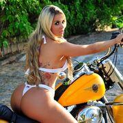Η Aryane Steinkopf δίνει… άλλη χάρη στην Harley