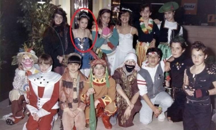 Ποια γνωστή ηθοποιός είναι η μπαλαρίνα του πάρτι μασκέ της φωτογραφίας;