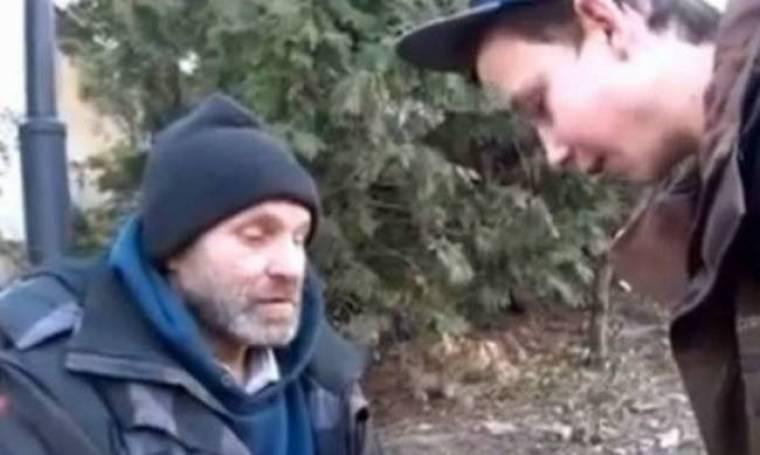 Το βίντεο που σαρώνει: Πιτσιρικάς φτιάχνει τη μέρα ενός άστεγου