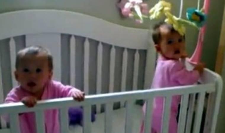 Βίντεο: Δίδυμα φτερνίζονται ακριβώς την ίδια στιγμή