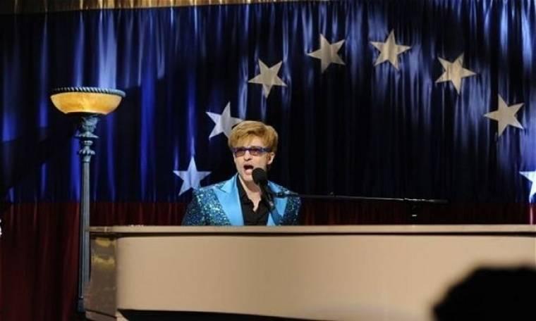 Ντυμένος Elton John ο Timberlake  κορόιδευε μετά θάνατον τον Τσάβες