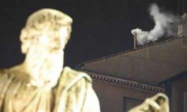 Βατικανό: Λευκός καπνός στο κονκλάβιο - Δείτε live