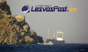 Απίστευτη φωτογραφία: Πλοίο περνά ξυστά από βράχια στη Μυτιλήνη