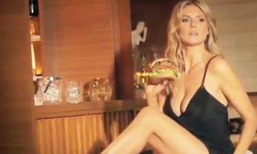 Η Heidi Klum πιο σέξι από ποτέ απολαμβάνει το burger της και «ανεβάζει» την θερμοκρασία!