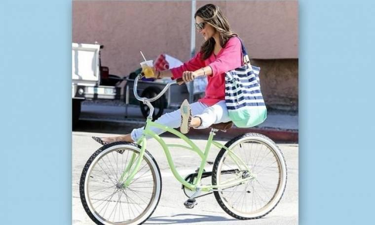 Αλεσάντρα Αμπρόζιο: Sexy ακόμα και όταν κάνει ποδήλατο