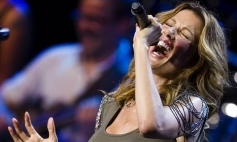 Η πλουσιότερη γυναίκα της Βρετανίας έγινε τραγουδίστρια