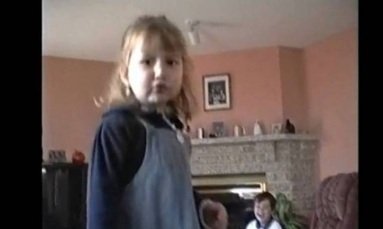 Βίντεο: Πιτσιρίκα βγαίνει εκτός εαυτού από τον αδελφό της!
