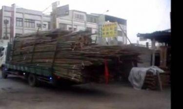 Βίντεο: Δείτε πως ένας τρελός οδηγός ξεφορτώνει το φορτηγό του