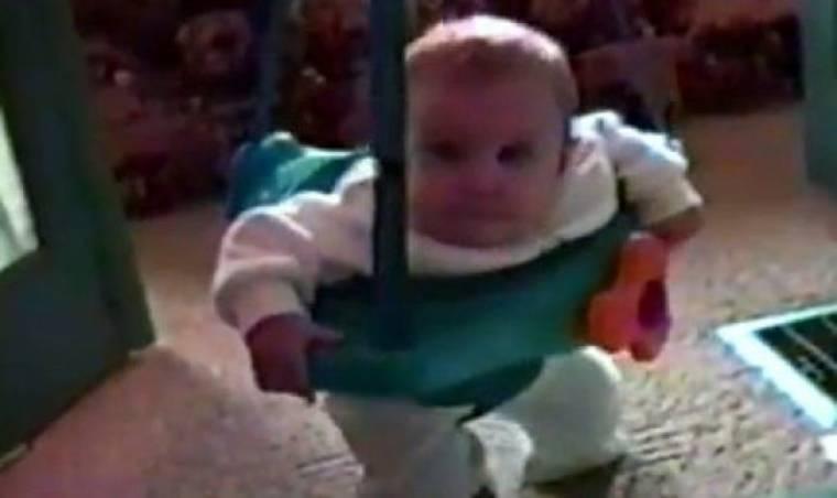 Βίντεο: Του κάνουν… βασανιστήρια ενώ παίζει με την στράτα του!