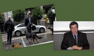 """Απίστευτο κι όμως αληθινό! Ο Καμίνης """"συνέλαβε"""" και """"εξόρισε"""" τον σκύλο που κυνήγησε την τρόικα έξω από το υπ. Οικονομικών"""