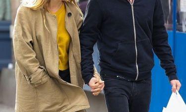 Τρελά ερωτευμένοι περπατούσαν χέρι-χέρι σε κεντρικό δρόμο οι…