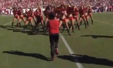 Χόρεψε με τις μαζορέτες και τρέλανε όλο το γήπεδο!
