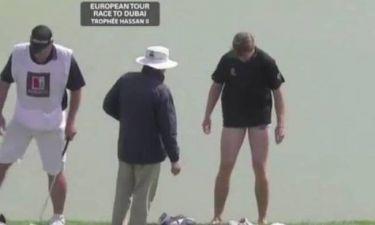 Κατέβασε το παντελόνι του για να παίξει... γκολφ (Video)