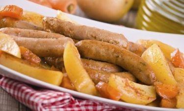 Τέλεια λουκάνικα με πατάτες στη γάστρα!