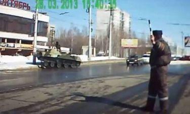 Κορυφαίο βίντεο: Μεθυσμένος οδηγός σε... τανκ!