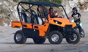 Ο Brad Pitt μαθαίνει στους γιους του να οδηγούν!