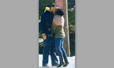 «Καυτό» φιλί στην μέση του δρόμου στα Τρίκαλα Κορινθίας