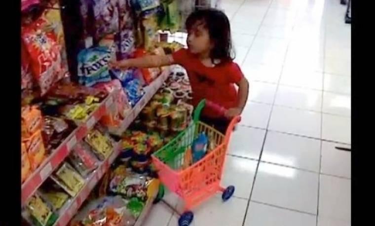 Λατρεύει τα ψώνια από...κούνια!