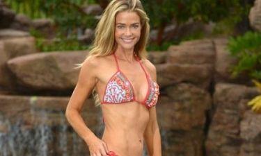 Τα μικρά κόλπα της Denise Richards για θανατηφόρο σώμα στα 40