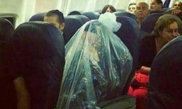 ΑΠΙΣΤΕΥΤΟ: Κλείστηκε σε πλαστική σακούλα εν ώρα πτήσης!