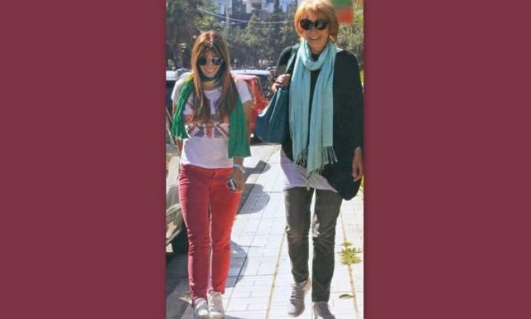 Έλλη Κοκκίνου: Χαλαρή βόλτα με τη μητέρα της!