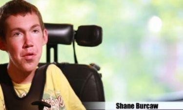 Βίντεο: Η απίστευτη ιστορία ενός πιτσιρικά που δίνει τη μάχη του στο αναπηρικό καροτσάκι!