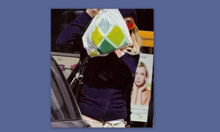 Η Μενεγάκη άφησε την μαντήλα και έπιασε την σακούλα για να… κρυφτεί!