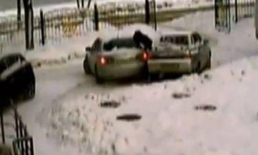 Βίντεο: Της έδινε οδηγίες και εκείνη παραλίγο να την σκοτώσει!