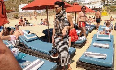"""Η Σίσσυ Φειδά """"τσεκάρει"""" τι αλλαγές θα κάνει στην παραλία πριν ξαπλώσει..."""