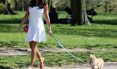 Αντί να κάνει πρόβες για τον γάμο, βγάζει το σκυλί βόλτα!