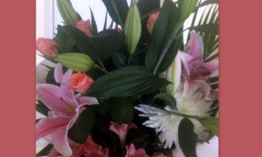Ποια τραγουδίστρια έκανε δώρο αυτά τα λουλούδια στη μαμά της;