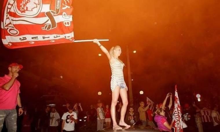 Στις... φλόγες ο Πειραιάς για τον Ολυμπιακό (photos)