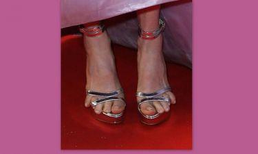 Αηδία! Τα δάχτυλα βγήκαν έξω από τα παπούτσια της!