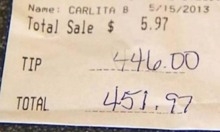 Η σερβιτόρα έπαθε την πλάκα της όταν είδε το απίστευτο φιλοδώρημα