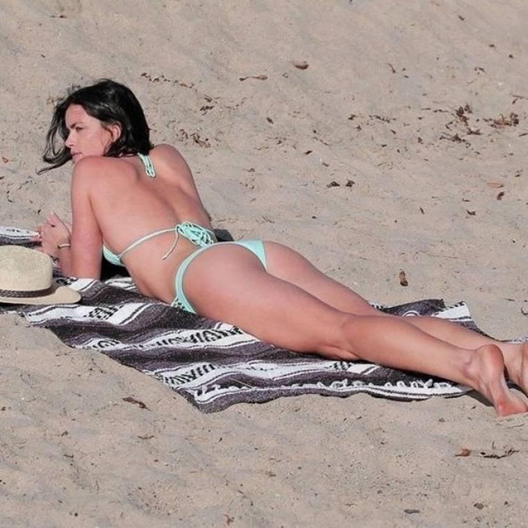 Η Courtney Robertson απολαμβάνει τον ήλιο