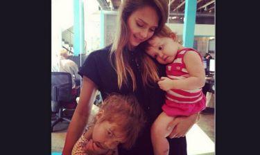 Jessica Alba: Αγκαλιά με τις κόρες της