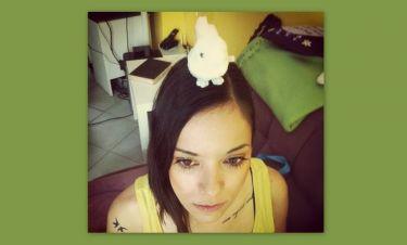 Κατερίνα Τσάβαλου: Έβαλε το λούτρινο αρκουδάκι στο κεφάλι της και φωτογραφήθηκε!