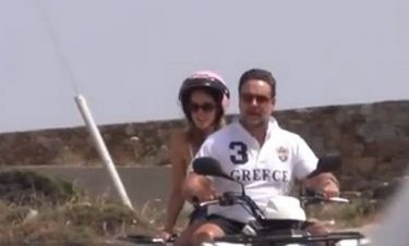 Δείτε τον Russell Crowe με μπλουζάκι Greece να αλωνίζει την Μύκονο με γουρούνα!