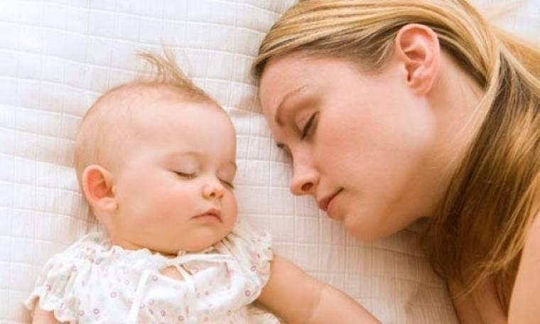 Έρευνα: Μεγάλο κίνδυνο διατρέχουν τα μωρά που κοιμούνται με τους γονείς!