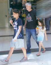 Αντώνης Νικοπολίδης: Βόλτα για ψώνια με την οικογένειά του