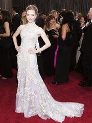 Η Kidman έβαλε στις Κάννες το Valentino που δεν έβαλε η Hathaway στα Oscars (γιατί έμοιαζε με το φόρεμα της Seyfriend)