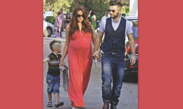 H εγκυμονούσα Χρηστίδου συνοδεύει σε γάμο τους δυο άντρες της ζωής της