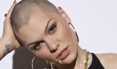 Ποια όμορφη celebrity επιδεικνύει το ξυρισμένο κεφάλι της περήφανη στο νέο της video;