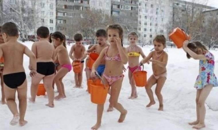 Στη Ρωσία τα παιδιά κάνουν μπάνιο στο... χιόνι! (video - φωτογραφίες)